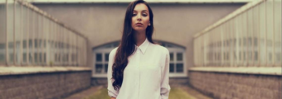 Biała koszula – nie może jej zabraknąć w Twojej szafie
