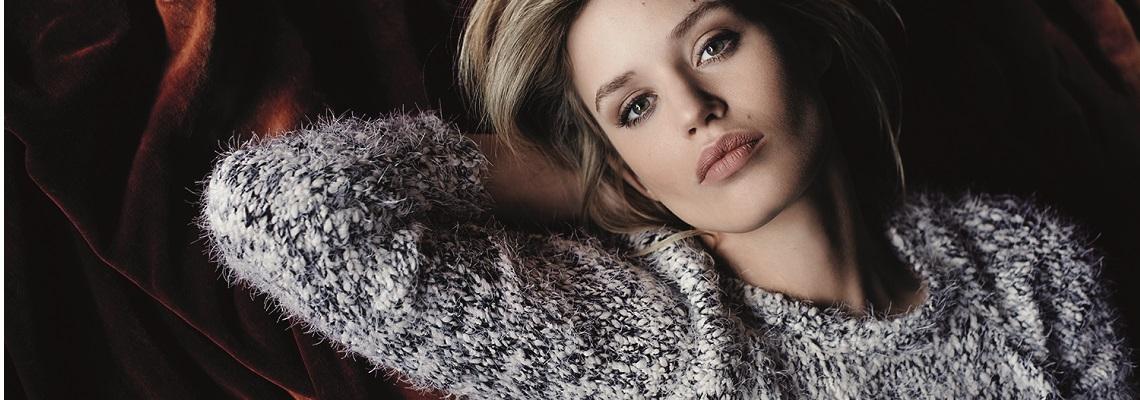 Kaszmirowy sweter – zobacz stylizacje idealne na jesień