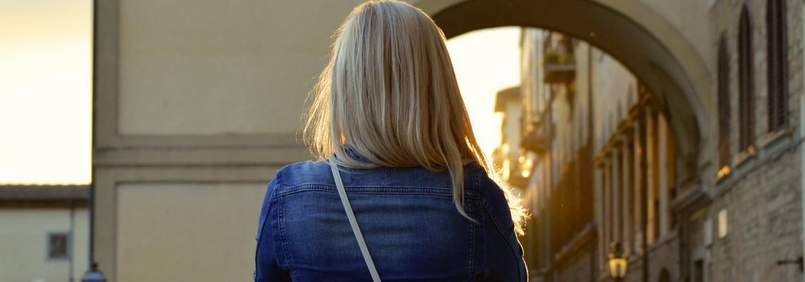 Niedrogie kurtki wiosenne damskie – stylowy przegląd