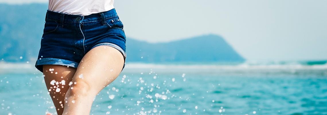 Jak się ubrać na plażę? [Gotowe zestawy]