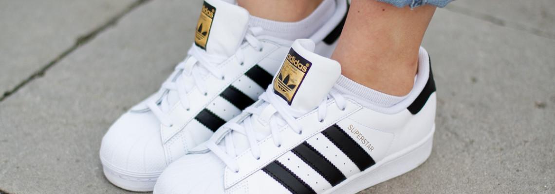 Białe tenisówki – moda na sneakersy trwa