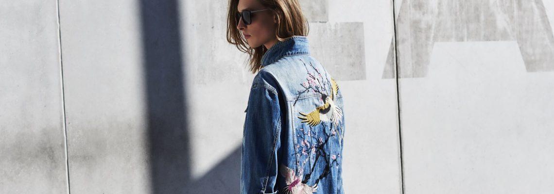 Koszule jeansowe: sprawdź, jak je modnie nosić