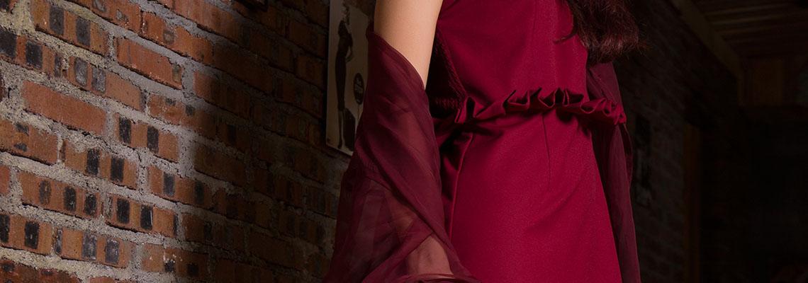 Jakie dodatki do czerwonej sukienki? Sprawdź!